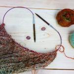 Stricke einen Schal oder ein Dreieckstuch.So ein Projekt ist gut für Anfänger oder leicht fortgeschrittene Strickerinnen geeignet.